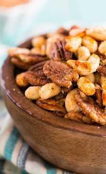 Cajun Nuts: faça um ótimo lanche de festa. Aromatizado com muitas especiarias, um pouco de açúcar e um pouco de gordura de bacon!