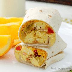 Facilite o café da manhã com esses burritos de bacon e ovo! Pode seguir em frente e congelar pela manhã sem complicações!