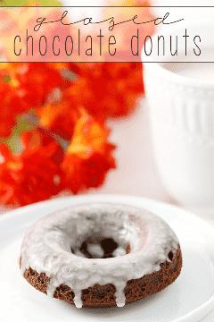 Não há nada como uma receita clássica: esses donuts de chocolate vitrificados são rápidos e fáceis de fazer em casa! #RemixYourCoffee #IC #ad