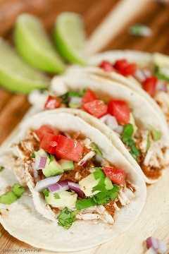 Estas tacos de frango com chipotle de panela de barro são rápidas e fáceis de fazer, mas têm um sabor delicioso. Todo mundo gosta desta ótima receita de molho mexicano adobo.