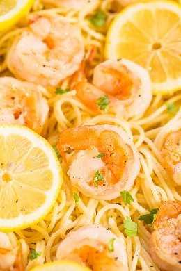 Primer plano de plato de pasta de camarones al limón