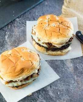 Hambúrgueres gourmet com molho de hambúrguer