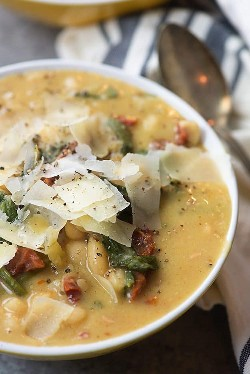 Esta sopa de feijão branco da Toscana é a sopa perfeita para cozinhar lentamente! É carregado com feijão branco, espinafre e tomate seco.