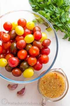 Ingredientes para la receta de tomates cherry con tomates cherry frescos, perejil, aderezo italiano y ajo