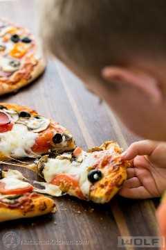 As melhores pizzas caseiras individuais (versões grega e suprema). Ótima idéia para o dia dos pais! @NatashasKitchen
