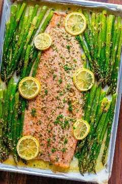 One Pan Salmon and Asparagus with Garlic Herb Butter é rápido e fácil (refeição de 25 minutos). A manteiga de alho e ervas confere a este salmão e aspargos um sabor rico. O | natashaskitchen.com