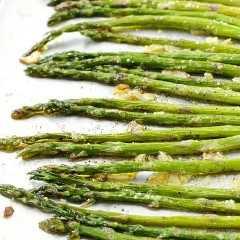 Este espárrago asado al horno es un acompañamiento rápido y fácil para cualquier comida. Disfrutamos especialmente esta receta en la primavera, cuando abundan los espárragos. ¡Te sorprenderá cómo algunos ingredientes simples convierten los espárragos en un plato de verduras adictivamente delicioso que a todos les encantará!