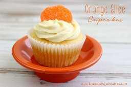 Cupcakes em fatias de laranja começam facilmente com uma mistura de bolo dobrada. Cubra-o com uma simples mas deliciosa cobertura de creme de manteiga caseiro de laranja! Estes bebês são perfeitos para festas de verão! # verão # laranja # cupcakes