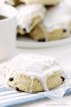 Estes muffins de mirtilo gelado são o acompanhamento perfeito para o café da manhã!