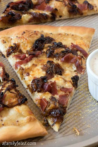 White barbecue pizza with ham and caramelized onion: a family feast
