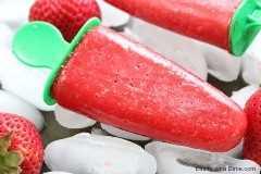 Las paletas de fresa son el regalo perfecto para hacer este verano. La receta de paletas de fresa sabe tan refrescante. ¡Prueba esta paleta de fresa fresca!