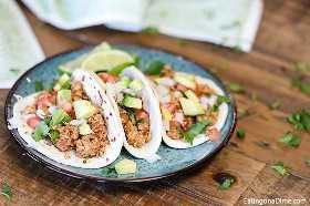 Você vai adorar essas tacos de frango moídos na panela lenta. Esta receita é simples e fácil. Tudo que você precisa é a panela de barro para essas tacos incríveis.