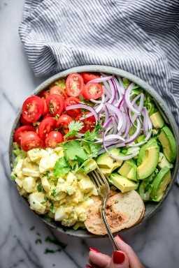 Minha receita saudável de salada de ovo é perfeita para o almoço. Torno-o mais saudável, substituindo a maionese pelo iogurte grego. É rápido, cheio de sabor e recheio!