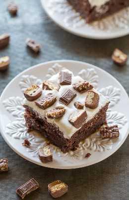 Pastel de chocolate mejor que cualquier cosa: digno de su nombre y uno de los mejores pasteles que jamás comerás. ¡No hay nada mejor que el chocolate, el caramelo, la cobertura batida y los dulces en un pastel fácil y sin batidora! Una visita obligada!