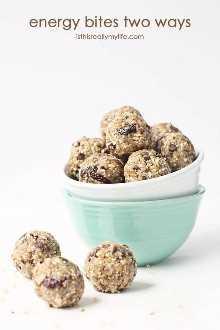 Mordidas de energia ou de proteína de duas maneiras: pedaços de cereja ou chocolate