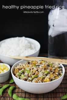 Arroz Frito com Abacaxi Saudável - Uma versão mais saudável da sua receita padrão de arroz frito. O sabor é ainda melhor graças ao abacaxi fresco, cogumelos portobello e edamame.