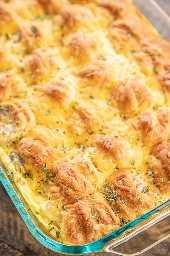 Salchicha y queso crema Creciente Cazuela de desayuno: ¡la MEJOR cazuela de desayuno del mundo! Rollos de media luna rellenos de salchicha y queso crema y luego cubiertos con una mezcla de huevo y hornear. Todos mis favoritos en plato !!! Puede hacer con anticipación y hornear a la mañana siguiente. Rollos de media luna, salchichas, queso crema, queso cheddar, huevos, leche, sal y pimienta. ¡A todos les ENCANTA esta fácil cazuela de desayuno! #breakfast #breakfastcasserole #casserole #sausage #recipe