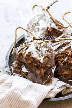 Chocolates de nozes embrulhados em sacos de presentes para presentear durante as férias