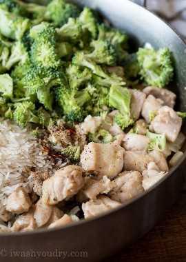 Comece esta receita super fácil de frigideira de frango, dourando um pouco de frango e cebola. Em seguida, adicione um pouco de arroz cru, brócolis e temperos.