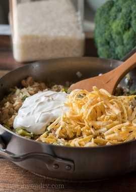 Quando o arroz estiver bem cozido, adicione um pouco de creme de leite e queijo até ficar cremoso.
