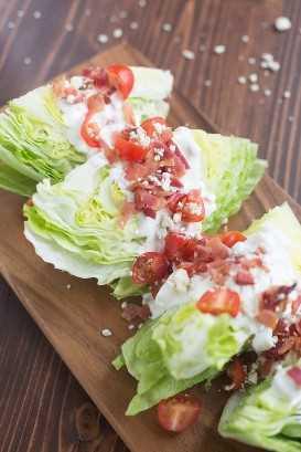 ¡Ensalada de tres cuñas con tocino, tomates y un aderezo de queso azul!