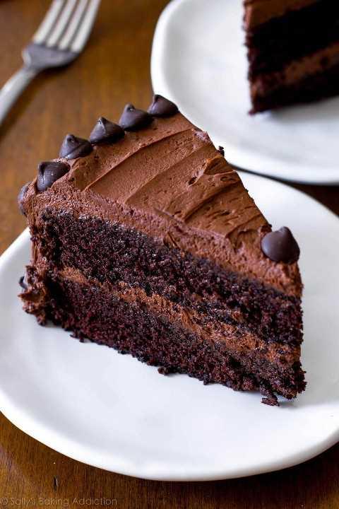 """bolo de chocolate """"width ="""" 600 """"height ="""" 900 """"data-pin-description ="""" Esta é minha receita favorita de bolo de chocolate caseiro. Com uma migalha super úmida e textura leve, esta rica receita de bolo de chocolate também será a sua favorita em breve. Cubra com creme de manteiga de chocolate. Receita em sallysbakingaddiction.com """"srcset ="""" https://juegoscocinarpasteleria.org/wp-content/uploads/2020/02/1581059224_30_Pastel-de-chocolate-triple.jpg 1200w, https://cdn.sallysbakingaddiction.com/wp- content / uploads / 2013/04 / triple-chocolate-cake-2-500x750.jpg 500w, https://cdn.sallysbakingaddiction.com/wp-content/uploads/2013/04/triple-chocolate-cake-2-600x900 .jpg 600w """"tamanhos ="""" (largura máxima: 600px) 100vw, 600px """"/></p> <h2>Creme de manteiga de chocolate</h2> <p>Eu uso minha receita favorita de creme de manteiga de chocolate como base, mas aumente ligeiramente a quantidade de cada ingrediente para produzir glacê suficiente para a camada de bolo. Se você preferir uma camada mais fina de cobertura, use a receita de creme de manteiga de chocolate. Mas se você deseja um creme de manteiga extra, siga as medidas de cobertura abaixo. Você precisa de 6 ingredientes no total:</p> <ol> <li><strong>Manteiga sem sal</strong></li> <li><strong>Açúcar de confeiteiro</strong></li> <li><strong>Cacau em pó sem açúcar</strong></li> <li><strong>Creme ou leite grosso</strong></li> <li><strong>Extrato de baunilha</strong></li> <li><strong>sal</strong></li> </ol> <p>Como nenhum fermento é produzido, você pode usar o cacau em pó natural ou holandês no creme de manteiga. O creme espesso fornece uma cobertura cremosa extra, mas o leite pode ser substituído, se necessário.</p> <p><img data-pin-title="""