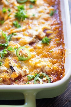 Esta cazuela de tamal está cubierta con pollo desmenuzado. ¡Es una cena tan perfecta para satisfacer esos antojos mexicanos!