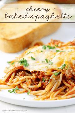 Comida caseira fácil e brega! Este espaguete de queijo assado é fácil de fazer e é a refeição perfeita para a família ou empresa! #NaturallyCheesy #ad