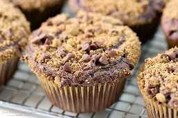 Sua família ficará animada quando esses Muffins de chocolate Streusel estiverem no menu!