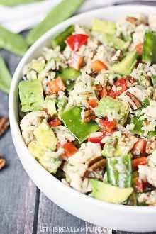 Salada de arroz selvagem: esta salada de arroz selvagem é o prato de verão perfeito com frango picado, pimenta vermelha, ervilha, abacate e nozes assadas.