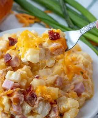 Bifurcación de papas con queso y jamón y tocino con hebras de queso