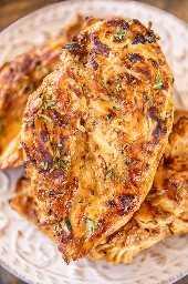 pollo a la parrilla cocido en un plato