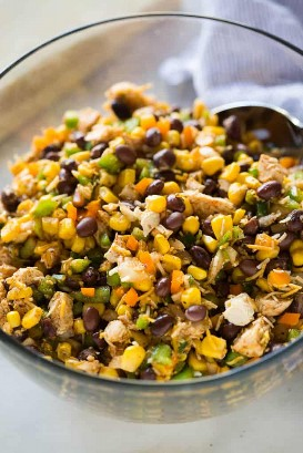 Ingredientes de relleno para rollitos de huevo del suroeste que incluyen pollo, frijoles negros, maíz, pimientos, cebolla y especias.