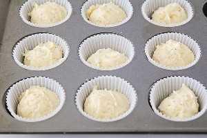 ¡Estos panecillos ligeros y esponjosos de semillas de amapola y almendras son increíblemente deliciosos y fáciles de hacer también! ¡Son perfectos para el desayuno o el brunch, y para picar en cualquier momento!