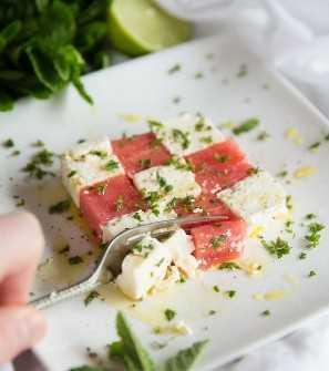 Salada de melancia e queijo feta com hortelã - fatia com garfo