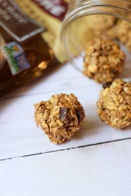 Essas bolas de proteína de manteiga de amendoim e chocolate são ótimas! Grãos integrais, ricos em proteínas, aprovado por crianças, sem glúten e FÁCIL de preparar! (Apenas 3 ingredientes!)