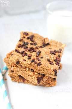 Barras de granola saudáveis com manteiga de amendoim e lascas de chocolate com um copo de leite
