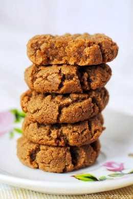 Pila de galletas de mantequilla de maní en placa