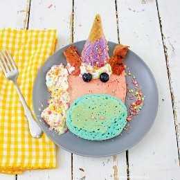 ¡Estos panqueques de unicornio no solo son el desayuno más adorable que jamás comerás, sino que también saben tan bien como se ven!