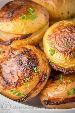 Estas batatas assadas têm uma pele crocante e salgada, o centro cremoso é infundido com bacon e banha de porco ... | natashaskitchen.com
