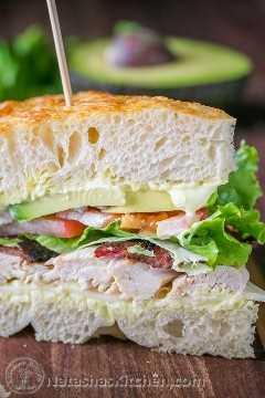Sanduíche de frango com bacon e abacate com