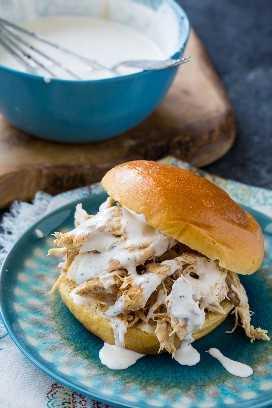 Pollo cocido a fuego lento con salsa blanca de barbacoa de Alabama