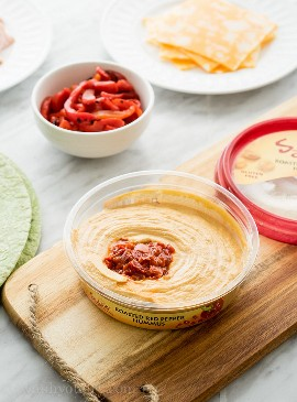"Estes cata-ventos de hummus de pimenta vermelha assada são embalados com muito sabor e o lanche perfeito para qualquer dia do jogo! ""width ="" 675 ""height ="" 914 ""srcset ="" https://iwashyoudry.com/wp-content/uploads/2015/11/Roasted-Red-Bell-Pepper-Pinwheels.jpg 675w, https: // iwashyoudry .com / wp-content / uploads / 2015/11 / Roasted-Red-Bell-Pepper-Pinwheels-600x812.jpg 600w, https://iwashyoudry.com/wp-content/uploads/2015/11/Roasted-Red- Bell-Pepper-Pinwheels-18x24.jpg 18w, https://iwashyoudry.com/wp-content/uploads/2015/11/Roasted-Red-Bell-Pepper-Pinwheels-27x36.jpg 27w, https: // iwashyoudry. com / wp-content / uploads / 2015/11 / Roasted-Red-Bell-Pepper-Pinwheels-35x48.jpg 35w ""tamanhos ="" (largura máxima: 675px) 100vw, 675px"
