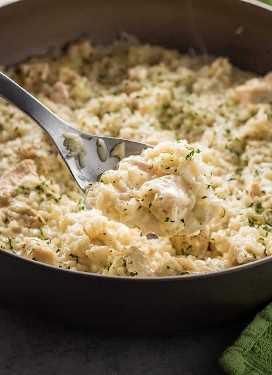 Uma panela de frango e arroz com queijo parmesão
