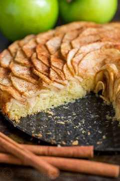Esta torta de maçã é muito atraente! É coberto com um lindo padrão de maçã em fatias rosa (e é mais fácil do que você pensa!). Os sucos das fatias de maçã cobertas de canela e açúcar são cozidos na crosta suave e amanteigada. Esta torta de maçã e rosa é um pouco doce e completamente irresistível.