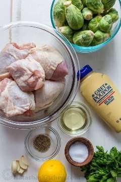 Ingredientes para una sartén de pollo y coles de Bruselas e ingredientes para el mejor adobo de pollo