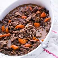 Este assado de carne assada e cogumelos é tão fácil de cozinhar e um ótimo prato de festa, você pode prepará-lo com antecedência. A carne é muito macia quando está pronta.