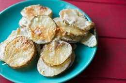Batatas gratinadas com queijo azul. Batatas gratinadas