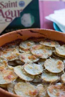 Batatas gratinadas. gratinado de batatas com queijo azul.