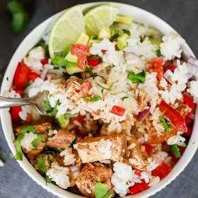Aprecie o seu prato de frango favorito com esta receita de tigela de frango Crock Pot Chipotle. Todos podem personalizar seu prato ao seu gosto para a refeição perfeita.